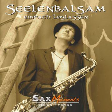 Spielpause von Saxophonist, Heiko Frehse, entspannt an der Scheunen-Wand gelehnt.