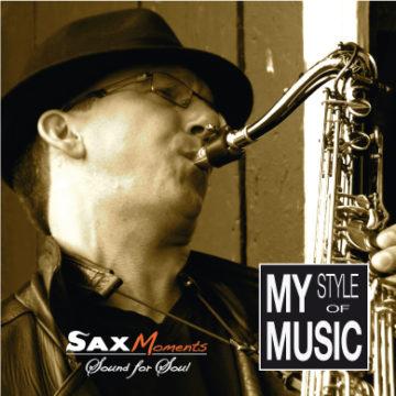 Portraits-Aufnahme von Saxophonist Heiko Frehse, spielend am Scheunentor.